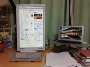 おニューのモニタ、MacBook Airを添えて…